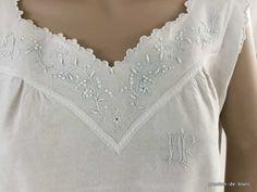 Vêtements anciens > Chemises de femme, chemisiers, jupons > LINGE ANCIEN/ Merveilleuse chemise de jour brodée main sur toile de lin avec empiècement en broderie blanche - Linge ancien - Passion-de-Blanc - Textiles anciens - Dentelles anciennes