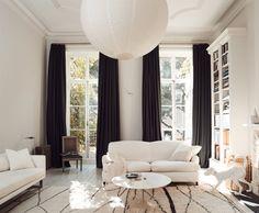 interior designer tom delavan's black and white living room in new york. Living Room White, White Rooms, Home And Living, Living Room Decor, Living Spaces, White Walls, Modern Living, Living Rooms, Black And White Interior
