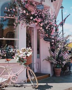 This is the cutest london brunch spot! And look how perfect it is in the Spring time with all the flowers blossoming!