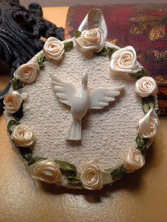Mini mandala do Divino com 9 cm de diâmetro  Oração atrás    Base em papelão rígido , trabalhado em tecido, fita e flores    Preços diferenciados a partir de 10 unidades