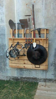 I used one single pallet to make this garden tools holder where I can put all those things that are not used daily, but when the squatters should be at hand. Les ha ocurrido que necesitan usar la pala (por ejemplo) y saben que la tienen, el Pallet Organization Ideas, Garden Tool Organization, Garden Tool Storage, Garden Tools, Box Garden, Garden Pallet, Workshop Organization, Garage Storage, Pallet Furniture Designs
