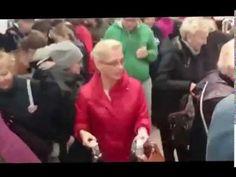 Ludzie się zabijają o super torby z Lidla, jak widać promocje koszowe cieszą się sporym zainteresowaniem. Takie i inne śmieszne promocje również na http://www.smiesznefilmy.net/najlepsze gdzie znajduje się wiele zabawnych filmów z życia wziętych :))