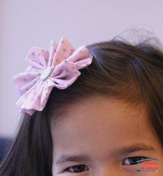 Si votre enfant a envie de coudre, proposez-lui ce projet facile ! Cette fleur, ou yoyo, pourra orner une barrette comme ici, ou bien une broche. On peut également rajouter des rubans en dessous ou en faire plusieurs et les coudre sur un t-shirt. Si vous organiser un anniversaire, c'est un excellent atelier à mettre en place : les enfants seront super fiers et pourront repartir avec leurs créations (pour les 8 à 10 ans, mais les 6 ans qui ont très envie de coudre pourront...