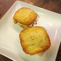 Confesso de bateu uma fominha agora e em 5 minutos fiz esse pãozinho com presente queijo e um cafézinho  Receita do pãozinho:  1 ovo  2 colheres de sopa de farinha de amêndoa (triturei a amêndoa até virar farinha) 1 colher de sopa de azeite 1 colher de leite Half & Half (ou leite de coco) 1 pitada de sal  1 colher de chá de fermento em pó  Mistura tudo e coloca no microondas por 2 minutinhos!  Coloque na sanduicheira pra dar uma torradinha e está pronto!!! Uma delicia low carb e sem…