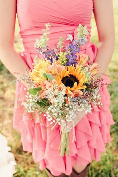 love the coordinating pastel colors with sunflower and messy looking wildflowers - my bridesmaids will have pastel dresses