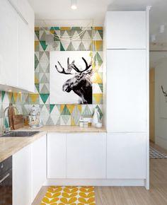 Quadro sobre parede colorida na cozinha