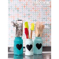 Os potes de vidro ganharam roupagem nova com tinta azul e papel adesivo. Aqui, eles foram reutilizados para organizar utensílios de cozinha #decorarmaispormenos #euamodecorar #inspiração #diy