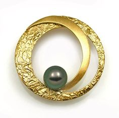 Large Circle Brooch with Pearl: Keiko Mita: Gold & Pearl Brooch - Artful Home Jewelry Art, Jewelry Rings, Silver Jewelry, Fine Jewelry, Jewelry Design, Fashion Jewelry, Jewelry Making, Unique Jewelry, Inexpensive Jewelry