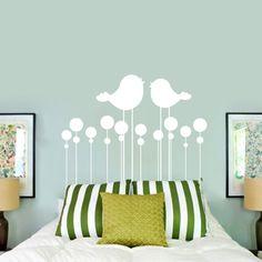 wohnideen schlafzimmer wandtattoo vögel grüne dekokissen