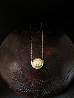 Collier manchette beige au triangle d'or | Etsy Little Box, Incense, Or, Beige, Etsy, Necklaces, Jewels