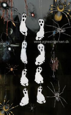 Ghosts from my book All year with hands and feet agnesingersen. Fröhliches Halloween, Halloween Arts And Crafts, Halloween Crafts For Toddlers, Halloween Crafts For Kids, Diy For Kids, Holiday Crafts, Daycare Crafts, Kids Crafts, Hand Prints