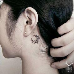 14 superbes photos de tatouages floraux derrière l'oreille