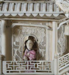 Pagode à sept étages et sa terrasse, ivoire sculpté et ajouré, partiellement polychromé, pierres semi-précieuses (détail).  Chine, dynastie Qing, Guangzhou (Canton), vers 1845.  Coll. MADOI (inv. n° OA.2012.2263)