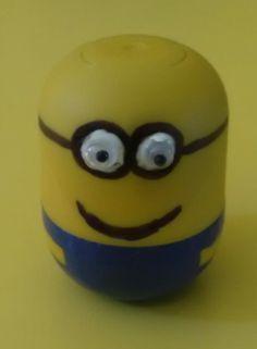 Petit minion fait avec une capsule de Kinder très facile à faire !!! Je m'en sert pour ranger des cartouches d'encre