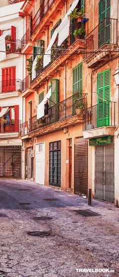 Eine Seitenstraße auf Palma de Mallorca. Bunte, aneinander gereihte Häuser sind typisch für die Insel.