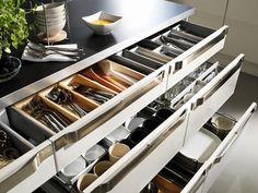 Kleine Tricks schaffen eine Menge Stauraum: So lässt sich nicht nur Besteck in Schubladen verstauen. Auch Gläser und Tassen können darin unterkommen....