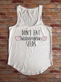 Preggers Shirt, Prego, Schwangerschaft Shirt, Essen nicht, Wassermelone Samen, Mutterschaft Shirt, lustige schwanger Pullunder Baby-Dusche-Geschenk, neue Mom-Tee von KyCaliDesign auf Etsy https://www.etsy.com/de/listing/272080428/preggers-shirt-prego-schwangerschaft