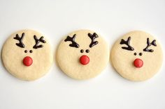 These reindeer sugar cookies are really easy to make and they look ADORABLE! The gel icing dries hard enough that they'll travel well and it's the perfect amount of sweetness! Easy Christmas Cookies Decorating, Easy Christmas Treats, Christmas Sugar Cookies, Holiday Cookies, Christmas Baking, Christmas Biscuits, Christmas 2017, Christmas Shopping, Sugar Cookie Icing