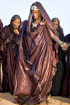 Mali Timboektoe Een Toeareg Vrouw Met zilveren sieraden Dances Terwijl ...