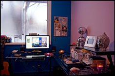 DÉFI BUREAUX D'ÉCRITURE : Bureau de @Sandra Bellefoy : « Mon bureau de verre est mon cockpit de travail où je rédige piges, nouvelles et libres écritures. Derrière ma fenêtre la forêt déroule son impénétrable calme. Écrire entourée de ces objets qui me font sourire: un pot de lucioles solaires, quelques coquillages, une schtroumpfette ou une Cadillac rouge miniature, des images aimantées, des souvenirs qui s'épinglent. Et une tête de Buddha pour inspirer des souffles de zénitude… »