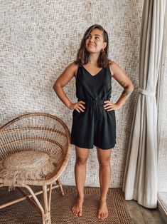 High waisted shorts with pockets from Lyocell (TENCEL™). Daisy Shorts, Short Noir, Shorts With Pockets, High Waisted Shorts, Black Tops, Organic Cotton, Thighs, Rompers, Model