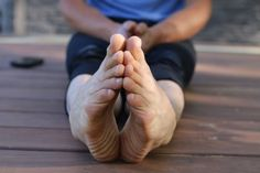 4 Exercises to Strengthen Your Ankles and Feet - Xero Shoes Best Barefoot Shoes, Barefoot Running, Going Barefoot, Barefoot Men, Ankle Strengthening Exercises, Foot Exercises, Foot Stretches, Yoga Shoes, Running Tips