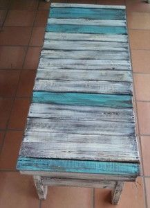 Beachy pallet table from the pallet project website. For more beachy pallet ideas, click here: http://www.completely-coastal.com/2012/07/diy-wood-pallet-decor-ideas.html