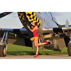 Sexy 1940s style pin-up girl posing with a P-51 Mustang Canvas Art - Christian KiefferStocktrek Images (18 x 12)