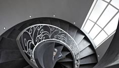 Microtopping is the decorative coating right for create stairs continuous and linear, with no limits or breaks between the steps. Micro Concrete, Concrete Art, Polished Concrete, Concrete Finishes, Spiral Staircase, Staircases, Work Surface, Architecture Design, Living Spaces