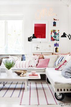 """sofy z palet na kółkach + kolorowa galeria ścienna + czarne kinkiety """"na sprężynach"""""""