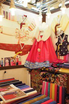 Gwangjang Market - Hanbok ชุด ฮันบก มีความคล้ายคลึงกับชุดไทยของเรา ในเรื่องของการมีวิวัฒนาการมาโดยตลอดตามยุคสมัย จนกระทั่งในสมัยปัจจุบัน ก็มีชุด ฮันบก ประยุกต์ จากที่ได้เห็นกัน ในละครหรือหนัง พีเรียด ของเกาหลีหลายๆเรื่อง หากติดตามละครประวัติศาสตร์ของเกาหลี ก็จะเห็น วิวัฒนาการของชุด ฮันบกจาก ภาพยนตร์หลายๆเรื่องในเกาหลี ซึ่งมีความหลากหลายไปตาม ศักดินา และชนชั้น ของผู้สวมใส่ ทุกยุคทุกสมัย