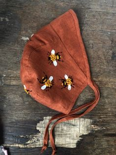 Linen baby bonnet with embroidered bees. Linen bonnet with visor. - New Ideas Wool Thread, Wool Embroidery, Baby Bonnets, Baby Hats Knitting, Baby Cover, Cute Baby Clothes, Baby Sewing, Mermaid Tails, Mermaid Mermaid
