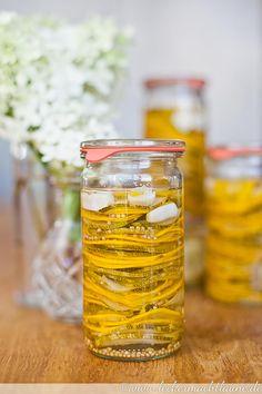 Hier gibt es das Rezept für pikante Zucchinischeiben um Zucchini für den Winter zu konservieren.