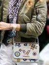 De kleurrijke jaren '90 trend is terug van weggeweest en leuker dan ooit. Tijdens de afgelopen modeweken spotten we heel wat patches, badges en emble...