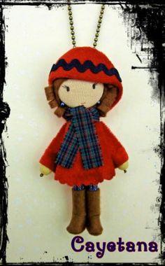 Broche-colgante Cayetana Abrigo y gorro en terciopelo rojo con  nbsp aplicaci oacute n nbsp azul mar 560221cbd942