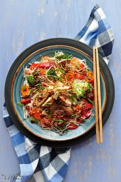 Vermicelli Rice Noodles with Stir-fried Chicken and Sriracha-Soy Sauce (Paleo Pasta Stir Fry) Chicken Vermicelli, Vermicelli Recipes, Rice Vermicelli, Indo Chinese Recipes, Asian Recipes, Ethnic Recipes, Chinese Food, Chicken Stir Fry, Fried Chicken