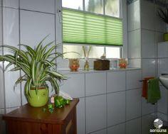 Die grüne Deko im Badezimmer komplettieren mit einem grünen, lichtdurchlässigen #Plissee als Sichtschutz am Fenster - kann man bei uns nach Maß anfertigen lassen