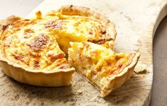 Perfect for Sunday night, this classic bacon and egg quiche is easy to make and very delicious. Grab as much as you can, as it's not going to last long. quiche Classic bacon and egg quiche Quiche Recipes, Bacon Recipes, Cream Recipes, Snack Recipes, Egg Quiche, Cheese Quiche, Quiche Lorraine Receta Original, Pasta Brisa, Lorraine Recipes