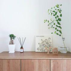 インスタグラマーに学ぶ!おしゃれ「#玄関」を作る3つのポイント♡ - LOCARI(ロカリ) Good Spirits, Japanese House, Marimekko, Vases Decor, Dried Flowers, Something To Do, Entrance, Glass Vase, Old Things