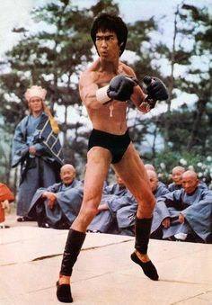 Bruce Lee - Enter The Enter the Dragon is considered to be one of the greatest martial arts films of all time. Brandon Lee, Bruce Lee Photos, Martial Arts Movies, Martial Artists, Kung Fu, Eminem, Bruce Lee Master, Bruce Lee Martial Arts, Jeet Kune Do