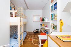 Nesse apartamento com espaços integrados, a decoração foge do estilo minimalista. Conheça cada ambiente e inspire-se com boas ideias.