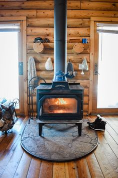 house interior rustic Read about what its REALLY like to live in a log cabin. The Cabin Diary is about our daily cabin life in our tiny house log home in Jackson Hole, WY and we s House Ideas, Cabin Ideas, Small Cabin Plans, How To Build A Log Cabin, Cabin In The Woods, Cabin On The Lake, Log Cabin Homes, Diy Cabin, Rustic Cabin Decor