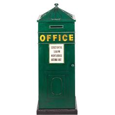 Very British: the A Case Of wine cabinet is painted dark green in the British office look and features golden lettering. Inside, the original wine cabinet offers room for 12 bottles.