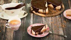 en taartvorm van 24cm met bakpapier. Meng de boter met de koekkruimels in de taartvorm en druk dan aan.De witte chocolade moet je smelten dit kan je doen in...