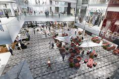 Havainnekuva kauppakeskuksen sisältä kesäkadulta. Finland, Street View