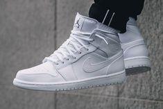 The Air Jordan 1 Mid Goes Triple White - Green Sneakers Mode, New Sneakers, Sneakers Fashion, Fashion Shoes, White Sneakers, Jordan Shoes Girls, Air Jordan Shoes, Sneakers Nike Jordan, Jordan Outfits