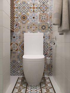 Une très belle céramique murale de style patchwork dans cette salle de bain pour un bel effet décoratif derrière la toilette.