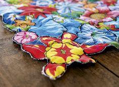 Patchwork: as flores presentes na estampa de chita são recortadas, uma a uma, e depois costuradas para formar o trabalho no caminho de mesa (Foto: Fabio Antonio Ronaldo/ Editora Globo)