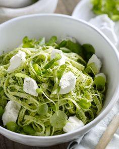 Tagliatelle met pesto van waterkers Yummy Pasta Recipes, Rice Recipes, Pappardelle Pasta, Steak And Mushrooms, Midweek Meals, Beef Stroganoff, Home Food, Food N, Pesto
