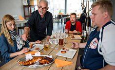 NEWS IDEAS FOOD SAUSAGES. Teresa Välimäki, Arto Koskelo ja Mika Tuomonen maistelivat kesän uutuusmakkaroita helsinkiläisessä Basti's-ravintolassa omistaja Manfredin Schlegelin (keskellä) johdolla. Makutestin voittajaksi kipusi konstailematon Snellmanin Merguez-makkara.